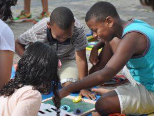 Atrações tradicionais como contação de histórias, oficina de música e brincadeiras de rua divertem crianças e adultos (Foto: Twin Alvarenga/UFJF)
