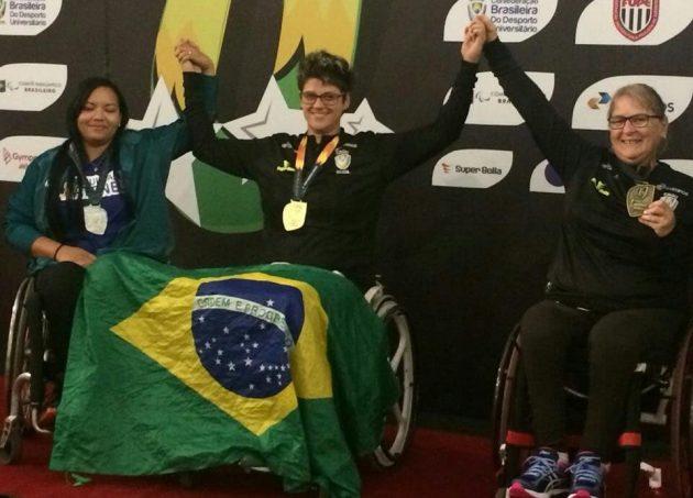 Gévelyn Quadros (centro) venceu as provas de lançamento de dardos e arremesso de peso e ficou em segundo no arremesso de disco (Foto: Arquivo Pessoal)