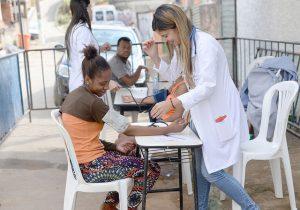 Houve atendimento individual, desde a aferição de pressão arterial, testes de verificação de hepatite até esclarecimentos quanto a dúvidas jurídicas (Foto: Twin Alvarenga/UFJF)