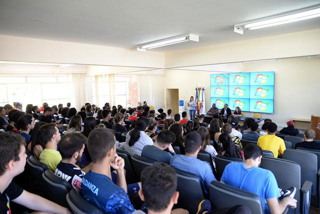 Estudantes e pró-reitores reuniram-se nesta segunda-feira para debater alternativas (Foto: Twin Alvarenga/UFJF)
