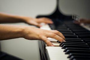 Músicas de compositores latino-americanos serão executadas no piano (Foto: Caqui Cahon/UFJF)