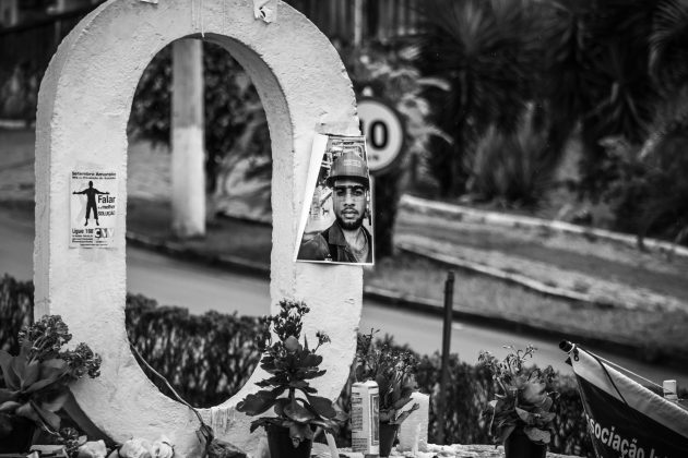 Memorial: retrato de vítima da tragédia na entrada de Brumadinho (Foto: Maria Otávia Rezende/UFJF)