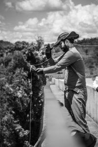 Professor Miguel Felippe coleta água do Paraopeba em Pará de Minas, que interrompeu a captação do rio (Foto: Maria Otávia Rezende/UFJF)