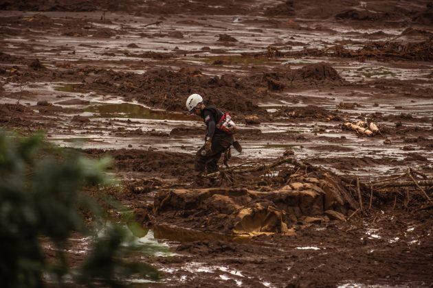 Trabalho de bombeiros civis e militares em busca de corpos em área devastada em Brumadinho (Foto: Maria Otávia Rezende/UFJF)