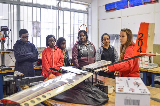 Adolescentes conheceram o projeto Aero Design da Faculdade de Engenharia (Foto: Gabriela Maciel/UFJF)
