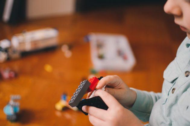 Pais devem trabalhar a ansiedade no período de isolamento (Kelly Sikkema/Unsplash)