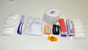 Kits contém papel higiênico, escova de dente, pasta de dente, sabonete e absorventes (Foto: Alexandre Dornelas/UFJF)