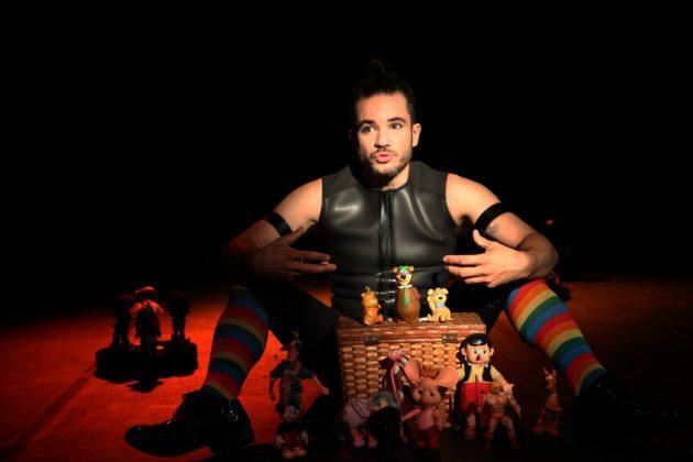 """Peça virtual """"Stonewall 50 - Uma Celebração Teatral"""" é encenada por Thiago Mendonça (Foto: Divulgação)"""
