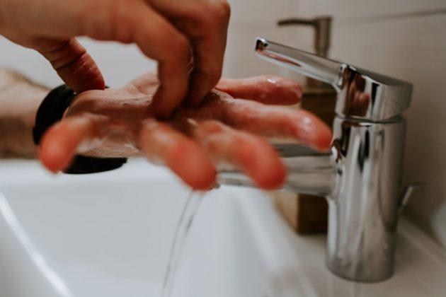 Pessoa lavando as mãos (Foto: Claudio Schwarz/Unsplash)