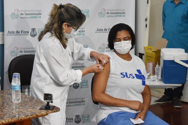 A técnica de enfermagem do HU, Denise Freitas, é a primeira a ser imunizada na cidade (Foto: Carlos Mendonça/PJF)