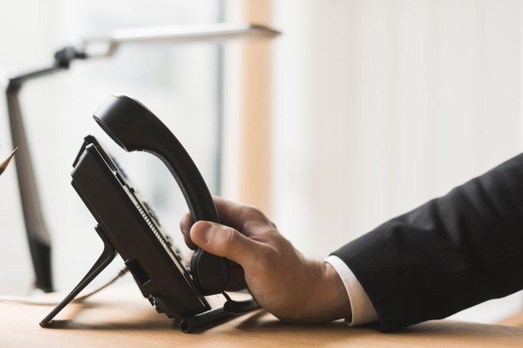 Mão pegando telefone