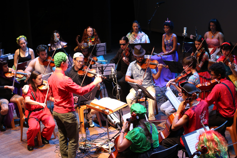 Orquestra Sinfônica Pró-Música se apresentando no Cine-theatro Central.