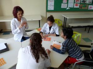 Crianças em tratamento praticam atividades lúdicas com o intuito de manter vínculo com a rotina escolar