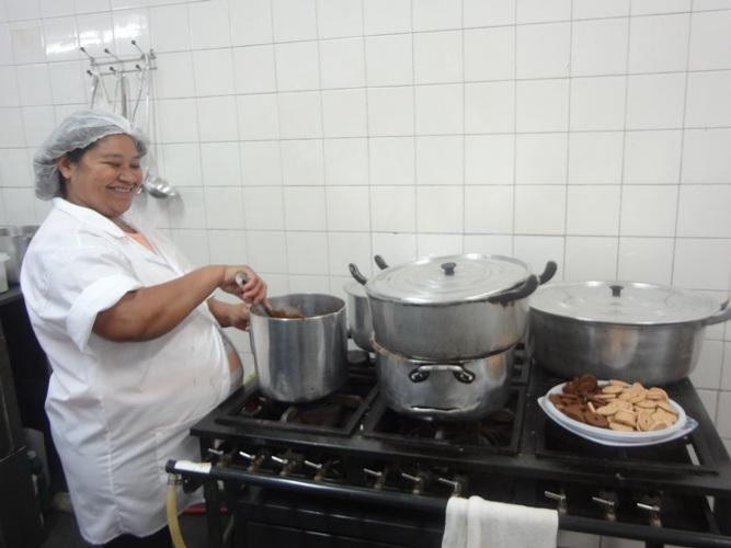 A cozinheira da creche Jandira Oliveira prepara a refeição seguindo as orientações do projeto (Foto: Jéssyka Prata/Proex)