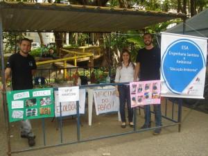 lunos da faculdade de Engenharia Ambiental e Sanitária realizaram oficinas de sabão artesanal, tinta ecológica e horta com garrafa pet