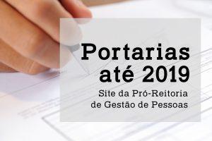 """Mão assinando um documento, com um quadro que diz """"Portarias até 2019"""" site da Pró-reitoria de Gestão de Pessoas"""