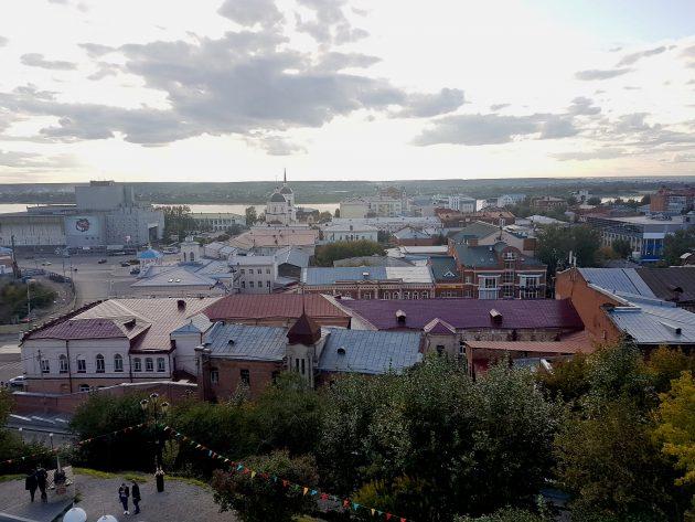 A cidade de Tomsk tem 550 mil habitantes, possui arquitetura tradicional e moderna e por ela cruz o rio que dá nome à cidade (Foto: arquivo pessoal)